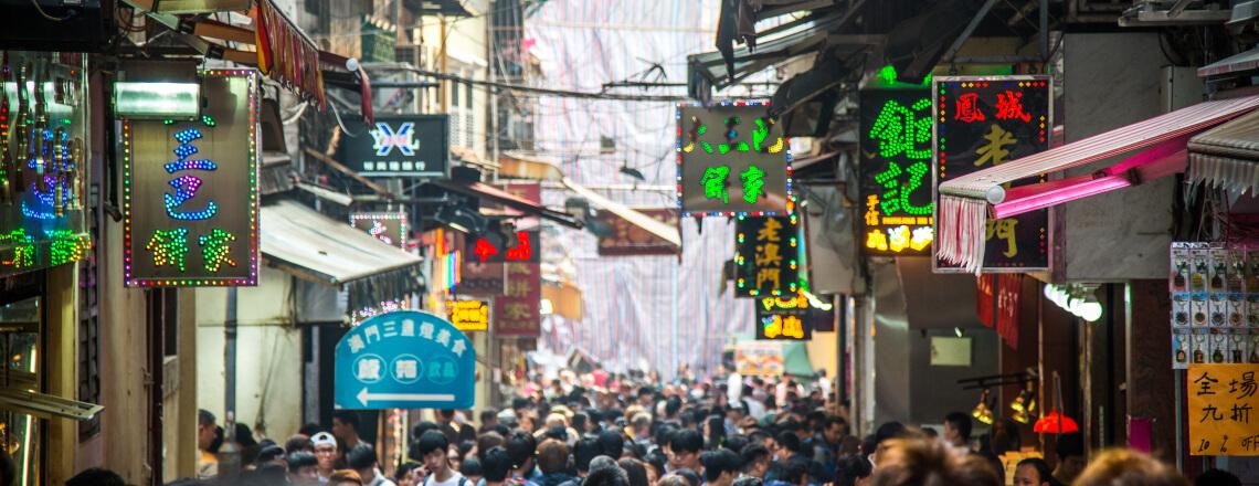 rua movimentada em Macau