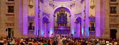 Grupo de associados assiste a concerto de Rão Kyão no Panteão