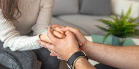 As faltas por falecimento de familiar são de cinco ou dois dias consecutivos.